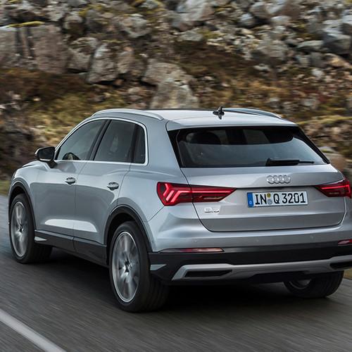Audi Q3 2019, Halbseitenansicht von hinten, fahrend, silbergrau